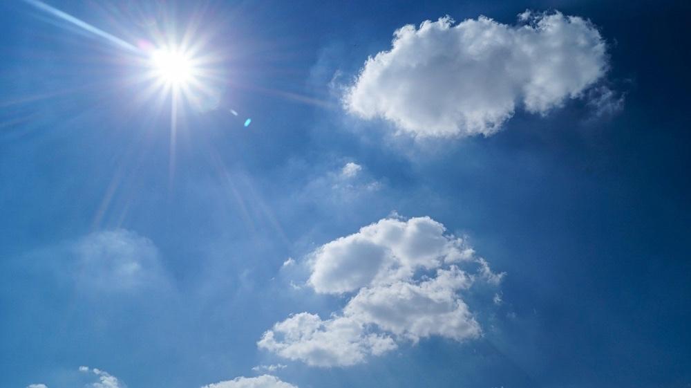 Cielo soleggiato con due nubi