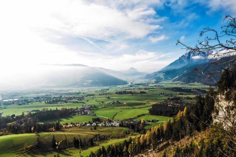 Al capolinea · Valle soleggiata dalla cima di una collina