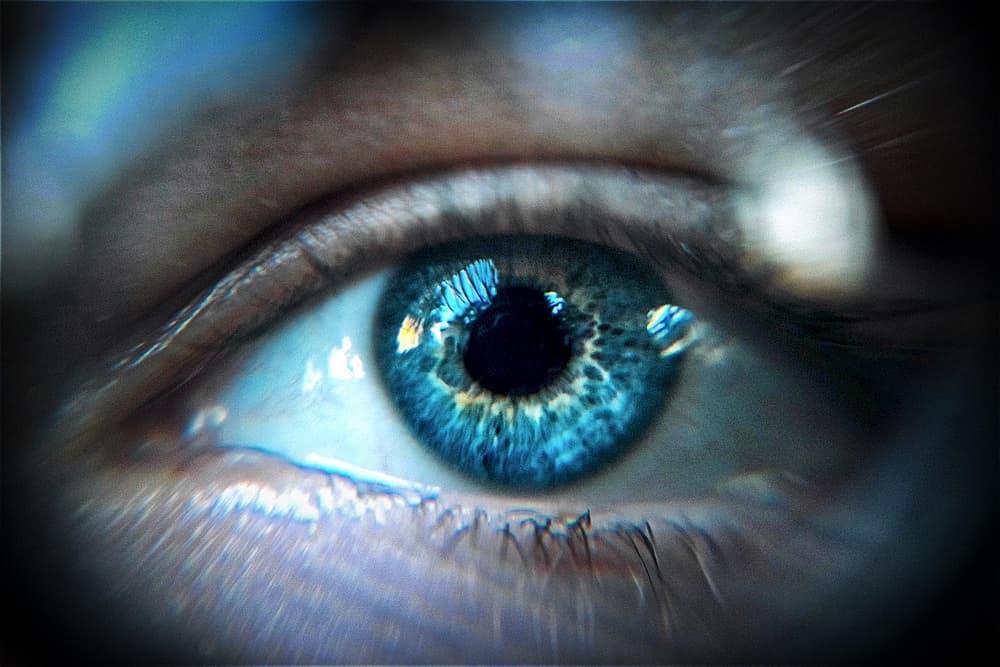 Perché il Coronavirus è un bivio per l'umanità - Macro di occhio azzurro che fissa