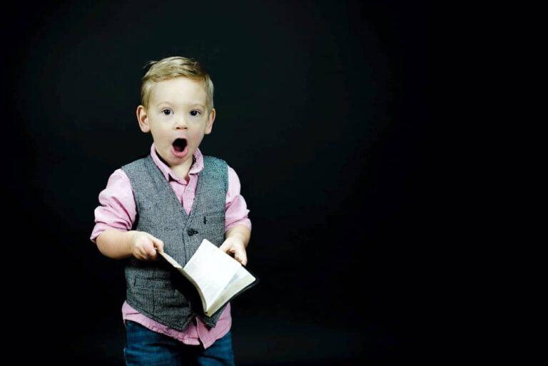 False ripartenze - Bambino a bocca aperta con libro in mano